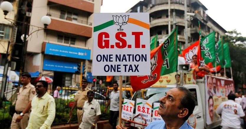Un sostenitore della riforma della Gst sfila a Mumbai